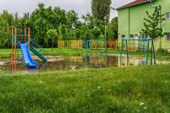 Zanurzający dziecka boisko po burzy obraz royalty free
