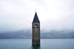 Zanurzający wierza reschensee kościół w Resias jeziorze Bolzano głęboko lub bozen przy Włochy obraz royalty free