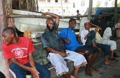 Zanzíbar empiedra la ciudad, musulmanes africanos que los hombres negros descansan en sombra. Imágenes de archivo libres de regalías