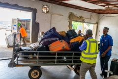 ZANZIBAR Ö, TANZANIA - CIRCA JANUARI 2015: Bagagereklamation på den Zanzibar flygplatsen Arkivfoton