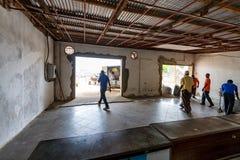 ZANZIBAR Ö, TANZANIA - CIRCA JANUARI 2015: Bagagereklamation på den Zanzibar flygplatsen Royaltyfri Bild