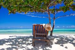 Zanzibar som är tropisk, och strandstol på stranden Arkivfoton