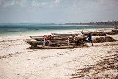 Zanzibar strandfiskare och fartyg Arkivfoton