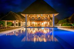 ZANZIBAR, TANZANIE - 8 JANVIER 2015 : Piscine dans l'hôtel tropical Karafuu à Zanzibar Photo libre de droits