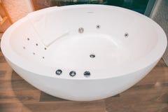 Zaokrąglona biała wanna w nowożytnej łazience zdjęcia royalty free