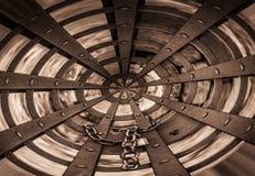 Zaokrąglona metal brama blokował z kłódką i łańcuchem Fotografia Stock