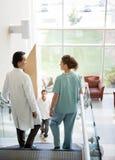 Zaopatrzenia Medycznego I pacjenta odprowadzenie Na schodkach zdjęcia stock