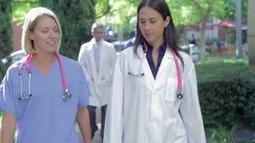 Zaopatrzenie Medyczne Ma dyskusję Outdoors zbiory wideo