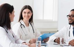 Zaopatrzenie medyczne oddzia?a wzajemnie przy spotkaniem w sala konferencyjnej obraz royalty free