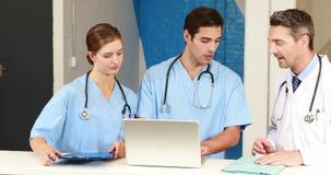 Zaopatrzenie medyczne pracuje wpólnie zbiory