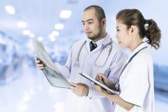 Zaopatrzenie medyczne sprawdza na Radiologicznych rezultatach zdjęcie royalty free