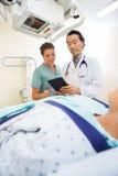 Zaopatrzenie Medyczne Używa Cyfrowej pastylkę W egzaminie Zdjęcia Stock