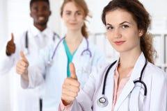 Zaopatrzenie medyczne ufne lekarki pokazuje Ok znaka z aprobatami Medycyna i opieka zdrowotna, asekuracyjny pojęcie obraz stock