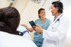 Zaopatrzenie Medyczne Z Cyfrowej pastylką W egzaminie Fotografia Stock