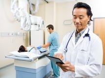 Zaopatrzenie Medyczne Z pacjentem W Egzaminacyjnym pokoju Zdjęcie Stock