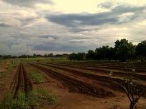 Zaorana ziemia przy gospodarstwem rolnym zdjęcia royalty free