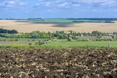 Zaorany pole po zbierać kukurudzy z ciągnikowy zupełnym z ciało pługiem przeciw niebu i krajobrazowi fotografia stock