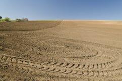 Zaorany pole z ciągnikowymi śladami Zdjęcie Stock