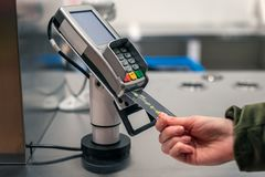 Zapłata plastikową układ scalony kartą przy gotówkowym biurkiem w sklepie fotografia stock