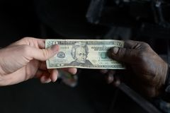 Zapłaty transakcja między klientem i pracownikiem zdjęcia royalty free