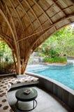 Zapadnięty holu kurortu basenu bar z bambusa dachem obrazy stock