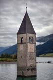 Zapadnięta dzwonnica Jeziorny Resia, Włochy Obraz Royalty Free