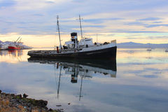 Zapadnięty statek blisko Ushuaia miasteczka Obrazy Royalty Free