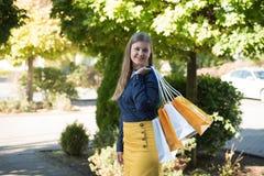 zapakuj zakupy ekonomicznej kobiet obraz stock