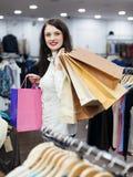zapakuj zakupy ekonomicznej kobiet Obraz Royalty Free