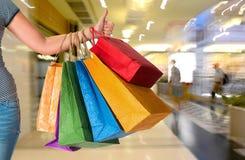 zapakujcie żeńskiego zakupów gospodarstwa Zdjęcie Royalty Free