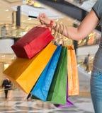 zapakujcie żeńskiego zakupów gospodarstwa Zdjęcia Royalty Free