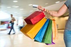 zapakujcie żeńskiego zakupów gospodarstwa Obrazy Royalty Free