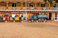 ZAPAQUIRA,哥伦比亚2017年10月, 27日:在的一列小火车里面的未认出的人游人的在大广场 免版税库存图片