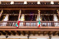 ZAPAQUIRA,哥伦比亚2017年10月, 27日:在美丽的木大厦下看法与垂悬有些的旗子的,位于 免版税库存照片