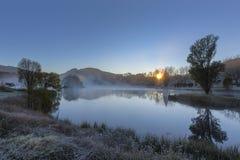 Zaparowywa na wodzie przy wschodem słońca w jesieni Zdjęcia Stock