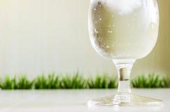 Zaparowywający szkło woda z lodem Zdjęcia Royalty Free
