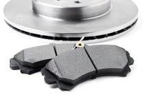 Zapatas de freno y discos del freno en el fondo blanco Piezas de automóvil Imágenes de archivo libres de regalías