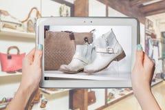 Zapatería en línea, venta en línea Imagen de archivo