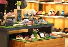 Zapato en tienda fotos de archivo