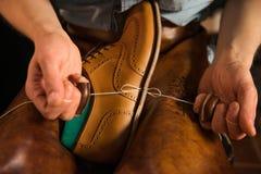 Zapatero en el taller que hace los zapatos foto de archivo libre de regalías