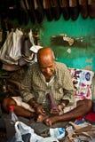 Zapatero indio en el trabajo, Delhi, la India Fotografía de archivo