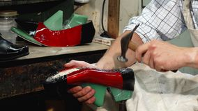 Zapatero profesional que hace los nuevos zapatos en su taller metrajes
