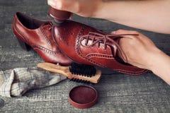 Zapatero que aplica al limpiabotas del zapato en el zapato Fotos de archivo libres de regalías