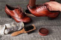 Zapatero que aplica al limpiabotas del zapato en el zapato Imágenes de archivo libres de regalías