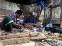 Zapateros de la calle, taller debajo del árbol Imagen de archivo libre de regalías