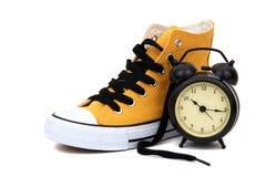 Zapatilla de deporte con el reloj Imagen de archivo