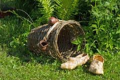 Zapatilla de deporte hecha a mano tejida dos de la corteza de abedul que miente en la hierba verde Imagen de archivo