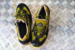 Zapatilla de deporte moderna sin marca en el gimnasio Negro-amarillo Zapatos cómodos imagen de archivo