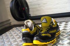 Zapatilla de deporte moderna sin marca en el gimnasio Negro-amarillo Zapatos cómodos imagen de archivo libre de regalías