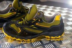 Zapatilla de deporte moderna sin marca en el gimnasio Negro-amarillo Zapatos cómodos fotografía de archivo libre de regalías